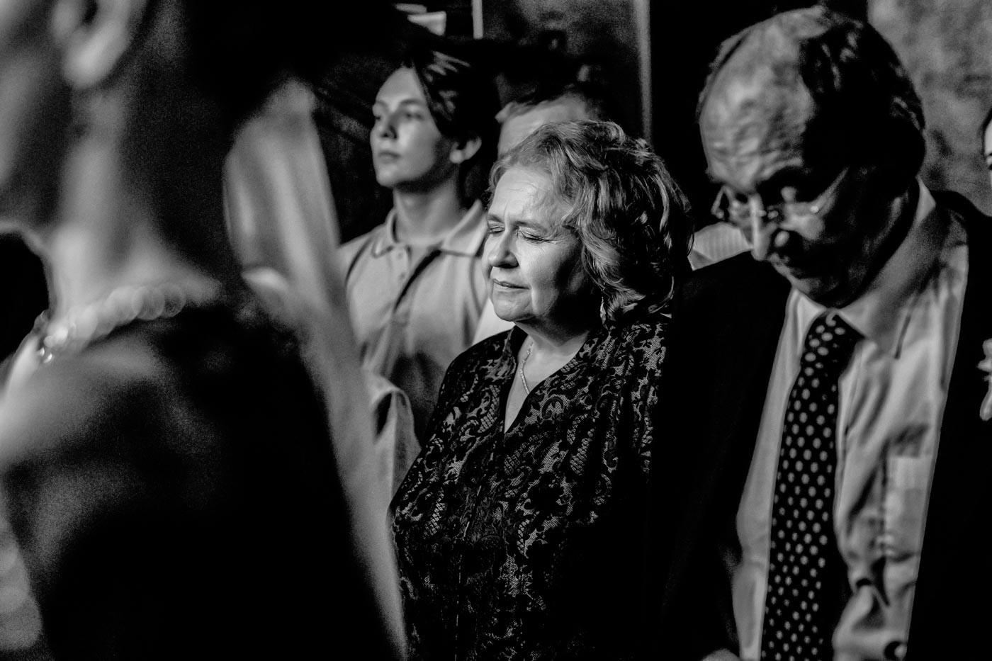 mama mirelui se roaga in biserica - Alex Barbu fotograf nunta Pitesti - Bucuresti