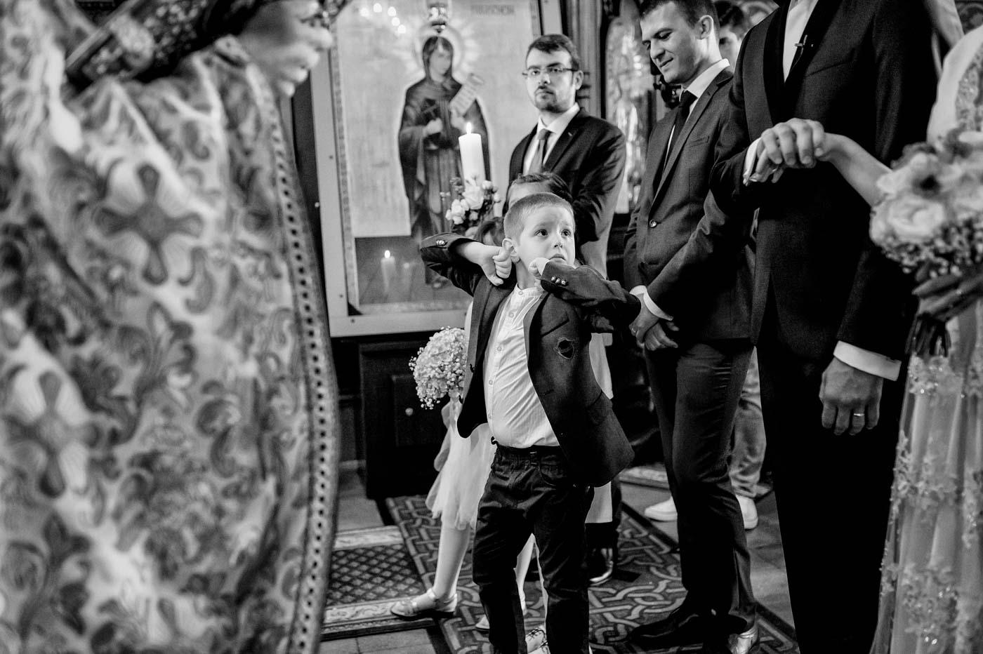 emotii ale unui copil in timpul nuntii