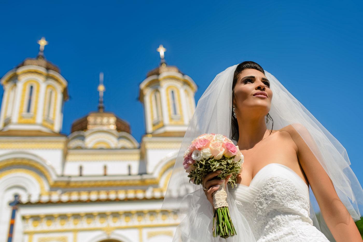 Alex Barbu fotograf nunta Pitesti - Bucuresti - mireasa frumoasa inainte de biserica