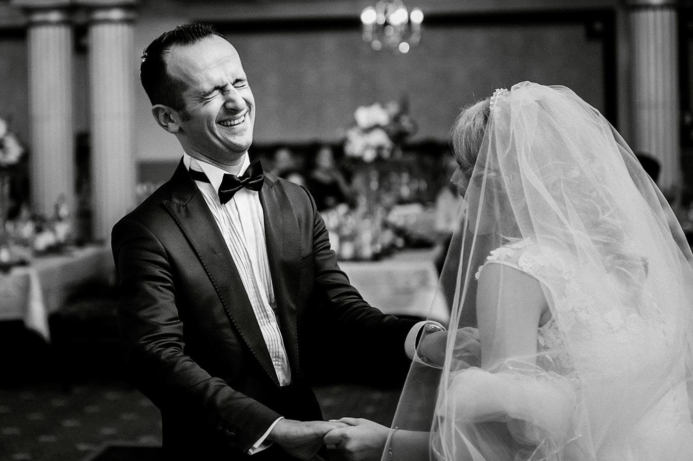 asa se distreaza un mire la nunta lui