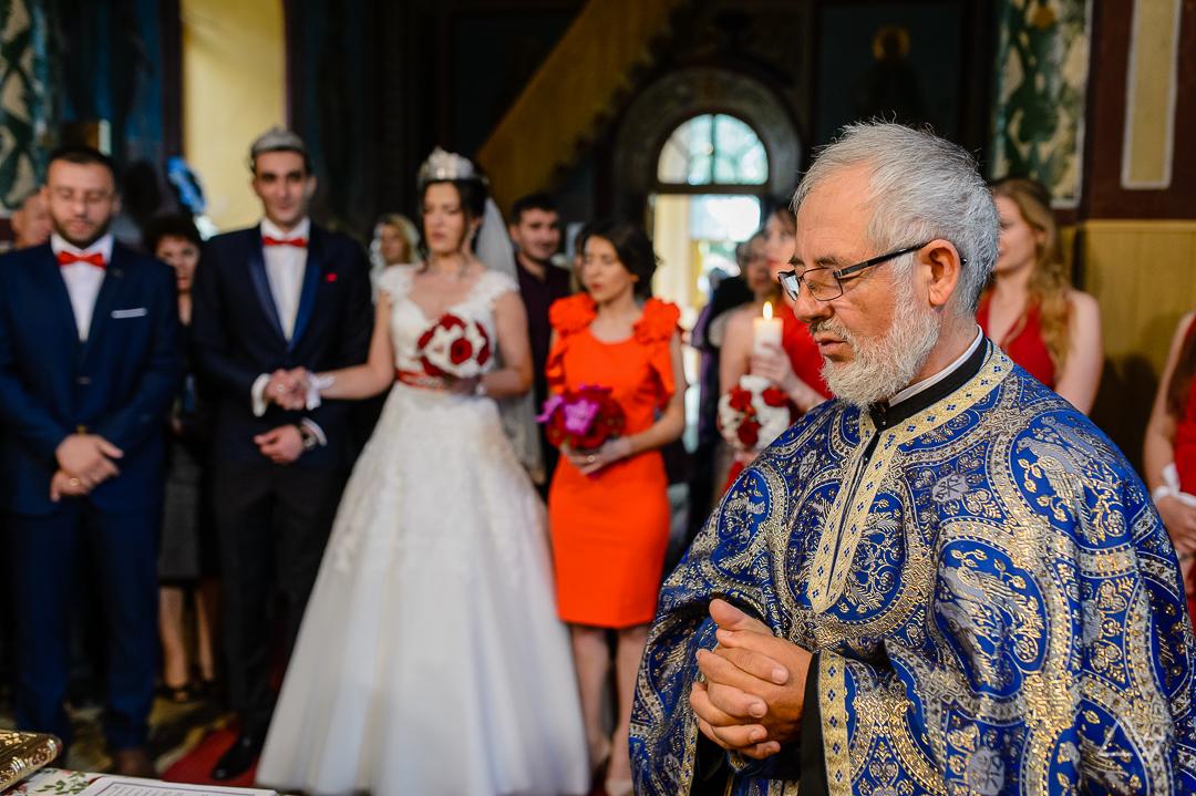 preotul tine ceremonia nuntii