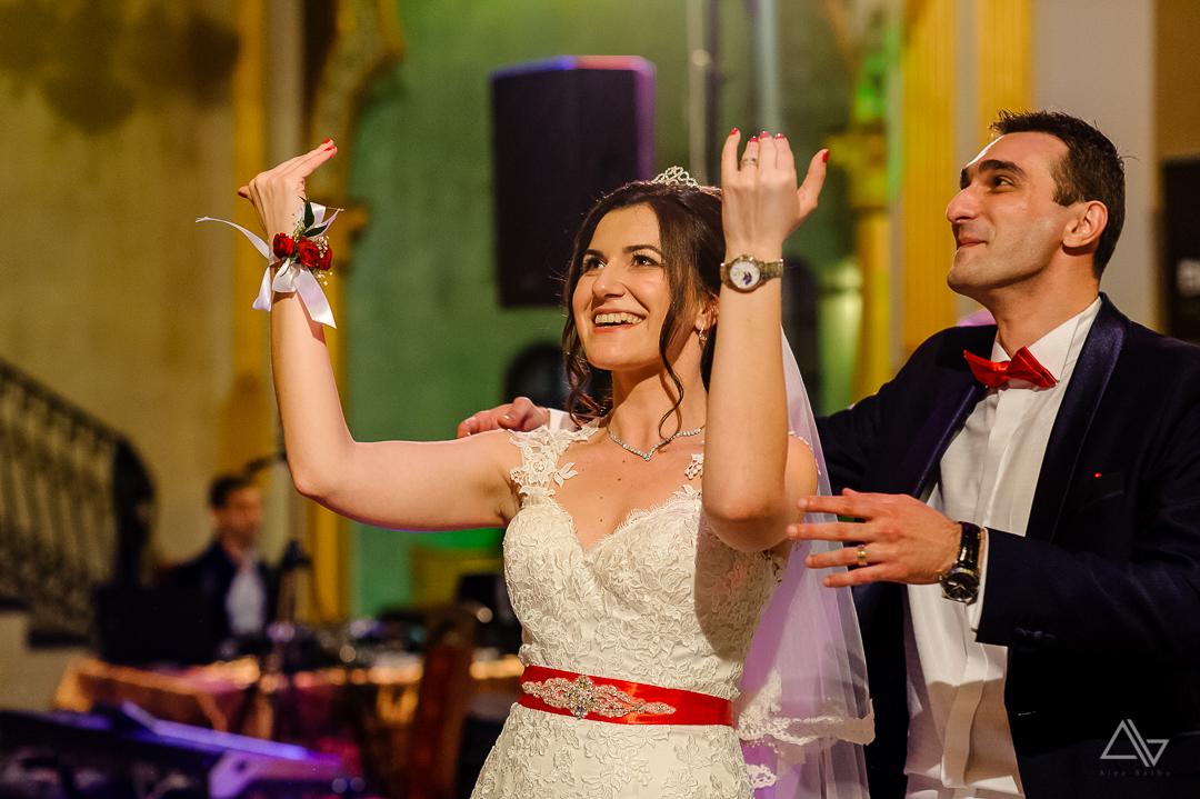 mireasa cheama nuntasii la dans