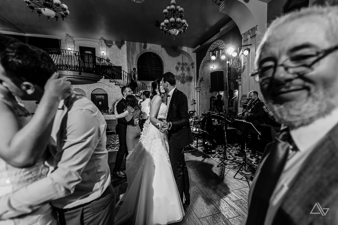 moment romantic din timpul petrecerii de nunta