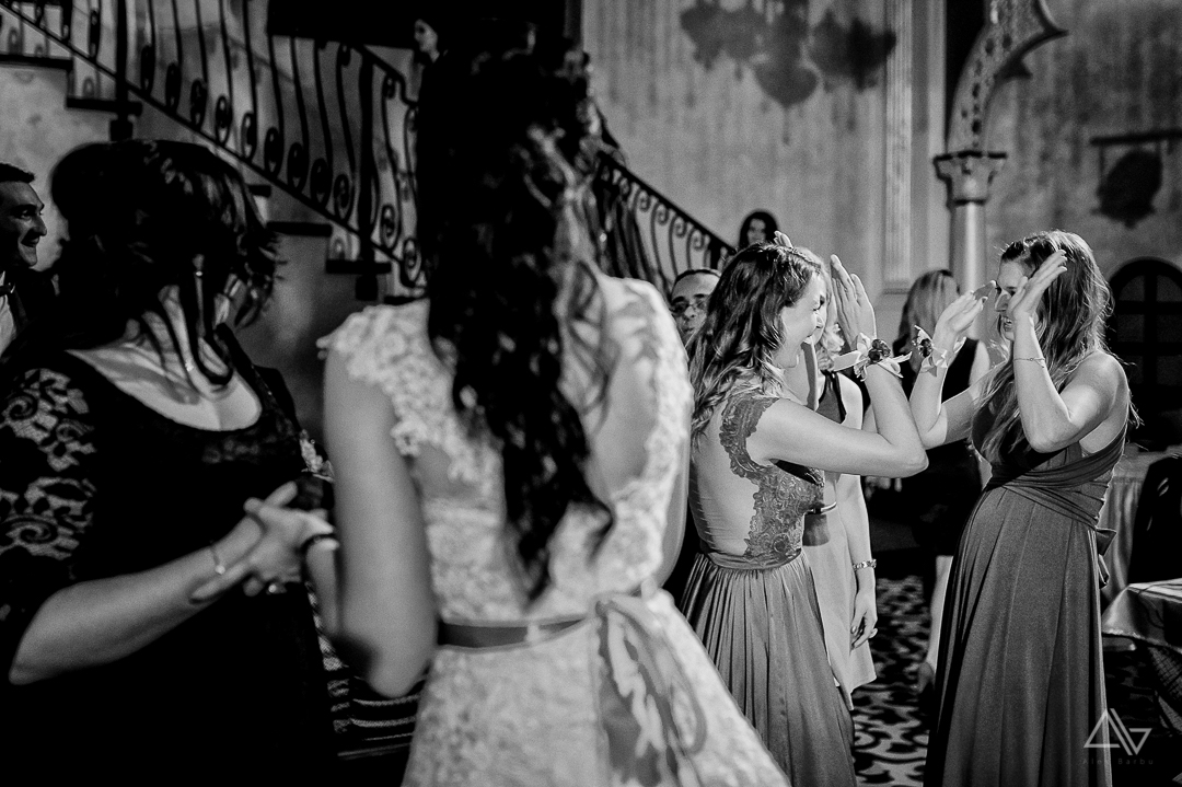 moment amuzant cu domnisoarele de onoare la sfarsitul petrecerii
